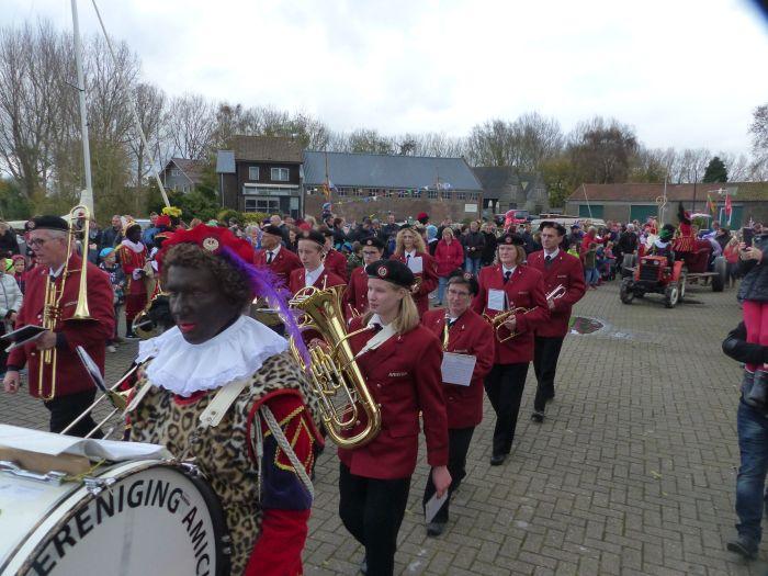 Sinterklaas op tractor achter muziekkorps