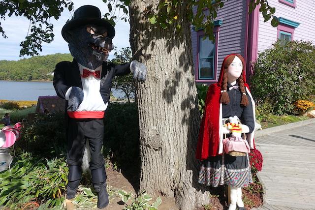 Ko Nientje op het Scarecrow festival in Mahone Bay (Canada)
