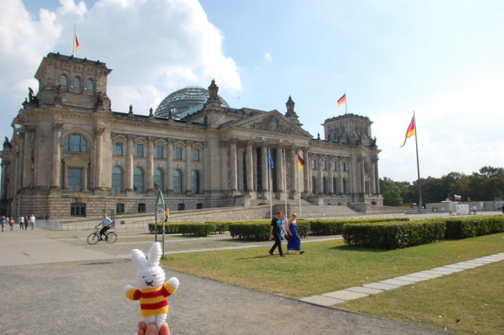 Ko Nientje bij het Rijksdaggebouw, Berlijn