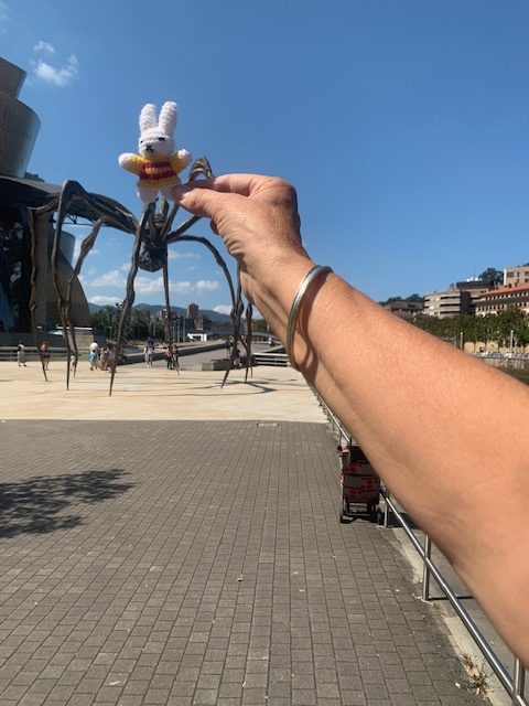 Ko Nientje in Bilbao bij het Guggenheim-museum