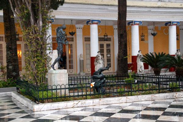 Ko Nientje in het Achilleion, Corfu