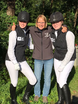 Lisa Pegels (l.) en Emma de Berg met in hun midden instructrice Elly Mulder-Hanse
