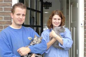 Jan Wouter en Annelien voor hun huis aan de Vrouwtjesweg